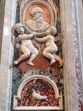 Cherubini alati che tengono busto di marmo, basilica del ` s di St Peter, Città del Vaticano fotografie stock