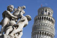 Cherubs di pietra alla torretta di inclinzione di Pisa Fotografia Stock