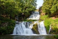 Chervonogorodsky faller, den Dzhurynsky vattenfallet i Nyrkiv på Dzen Royaltyfria Bilder