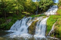 Chervonogorodsky faller, den Dzhurynsky vattenfallet i Nyrkiv på Dzen Royaltyfria Foton