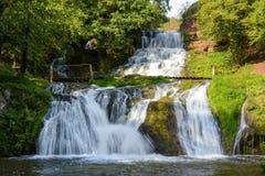 Chervonogorodsky faller, den Dzhurynsky vattenfallet i Nyrkiv på Dzen Royaltyfri Bild