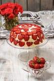 Cheseecake de la fresa en soporte de la torta Imagen de archivo libre de regalías