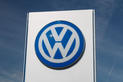 Cheshire, Reino Unido - 28 de setembro de 2015: A VW assina fora de uma sala de exposições do carro de Volkswagen Imagens de Stock Royalty Free