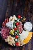 Chesse盛肉盘用乳酪,熏火腿,蕃茄,坚果 健康吃,牛奶店、chesses和肉 开胃小菜开胃菜 软制乳酪, moz 库存图片