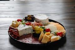Chesse盛肉盘用乳酪,熏火腿,蕃茄,坚果 健康吃,牛奶店、chesses和肉 开胃小菜开胃菜 软制乳酪, moz 免版税库存图片