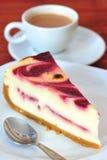 Chesse et gâteau de crème de framboise et une cuvette de café Photo stock