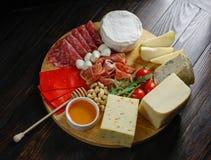 Chesse platte con diversos quesos, carnes en el tablero de madera Foto de archivo