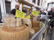 Chesse sul mercato a briancon nelle alpi francesi di Alta Provenza Fotografia Stock