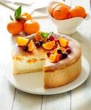 Chessecake cozido com os mandarino e os pêssegos frescos fotos de stock