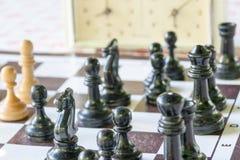 Chessmen и часы на доске Стоковая Фотография