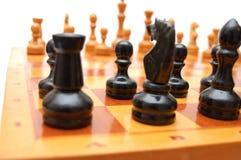 Chessmen de cru sur l'échiquier Images stock
