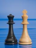 Chessmen på blått. Konung och drottning. Arkivbilder