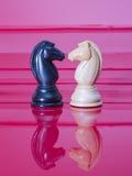 Chessmen på rött Royaltyfria Bilder