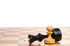 Chessmen su una scacchiera Fotografia Stock