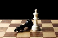 Chessmen sur un échiquier photos stock