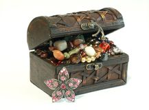 Chest full of jewelry, isolated on a white Royalty Free Stock Photos