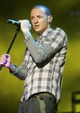 Chester Bennington met Linkin Park stock foto