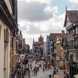 CHESTER CHESHIRE /UK - SEPTEMBER 16: Folk som shoppar i Chester Royaltyfri Foto