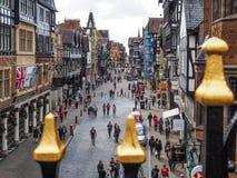 CHESTER CHESHIRE /UK - SEPTEMBER 16: Folk som shoppar i Chester Royaltyfria Bilder