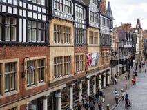 CHESTER CHESHIRE /UK - SEPTEMBER 16: Folk som shoppar i Chester Royaltyfri Bild