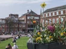 Chester, England, Großbritannien - Leute, die in der Sonne kühlen stockfotos
