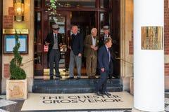 CHESTER ENGLAND - JUNI 26TH, 2019: Ingången av Chester Grosvenor med doormenna och turisterna i skottet arkivbild