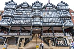 CHESTER, HET UK - 26TH JUNI 2019: De voorzijde van het winkelende centrum van Grosvenor in het midden van Chester, Chestershire,  stock foto