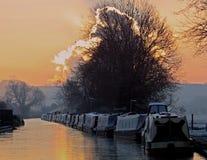 Chesterfieldsoffakanal, Clayworth, smala fartyg, frostig morgon Royaltyfri Bild