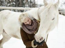 Cheval blanc et femme photo libre de droits