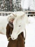 Cheval blanc et femme photos libres de droits