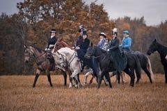 Cheval-chasse avec des dames dans l'habitude d'équitation Photos stock
