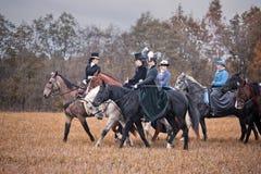Cheval-chasse avec des dames dans l'habitude d'équitation Image libre de droits