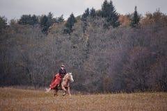 Cheval-chasse avec des dames dans l'habitude d'équitation Photographie stock libre de droits