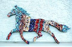 Cheval courant couvert de perles Images libres de droits