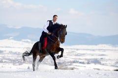 Cheval d'équitation de jeune homme extérieur Images libres de droits