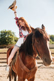 Cheval d'équitation gai de cow-girl de femme et amusement de avoir Photo stock