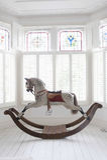Cheval de basculage dans la fenêtre en saillie Photographie stock