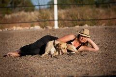 Cheval de formation de jeune femme dehors en été Image stock