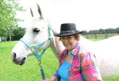 Cheval de Gray Arabian avec la femme supérieure Images libres de droits