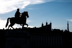 Cheval de Louis XIV marchant sur la cathédrale de Fourviere à Lyon, France Photographie stock libre de droits