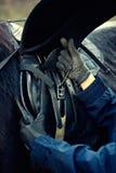 Cheval de selle en cuir obtenant la fin prête vers le haut du détail Image libre de droits