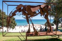 Cheval en métal : Sculptures par la mer, plage de Cottesloe Image libre de droits