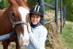 Cheval et femme de cheval - petite fille et son meilleur ami Photo stock