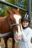 Cheval et femme de cheval - petite fille et son meilleur ami Photographie stock