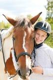 Cheval et femme de cheval - petite fille et son meilleur ami Photographie stock libre de droits