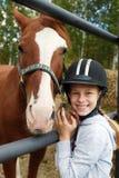 Cheval et femme de cheval - petite fille et son meilleur ami Image stock