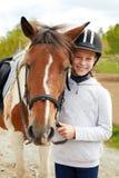 Cheval et femme de cheval - petite fille et son meilleur ami Image libre de droits