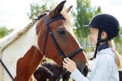 Cheval et femme de cheval - petite fille et son meilleur ami Photos libres de droits