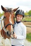 Cheval et femme de cheval - petite fille et son meilleur ami Photos stock