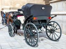 Cheval et un beau vieux chariot dans la vieille ville image libre de droits
